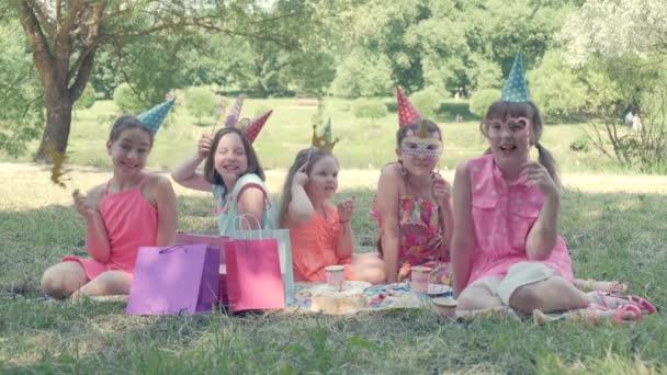 Děti slaví narozeniny v parku. Narozeninová párty.