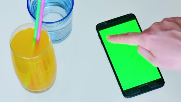 Mladá žena je odesílání zprávy přes chytrý telefon v kavárně, 4k Video klip