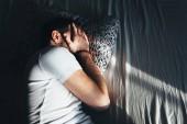 Fotografie Deprimiert Jüngling weinend im Bett