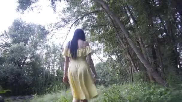 krásná dívka procházky v lese v blízkosti jezera při západu slunce den