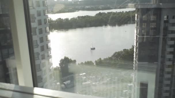 krásný výhled z okna vysokého domu na krásné řece