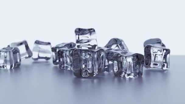 Erstaunliche Szene von transparenten Eiswürfeln, die in Zeitlupe fallen. Realistische Eiswürfel auf silbernem Hintergrund. Eiskristalle. Zuckerkristalle. Glassteine. Zu kühlen Getränken und Cocktails. 3D Render