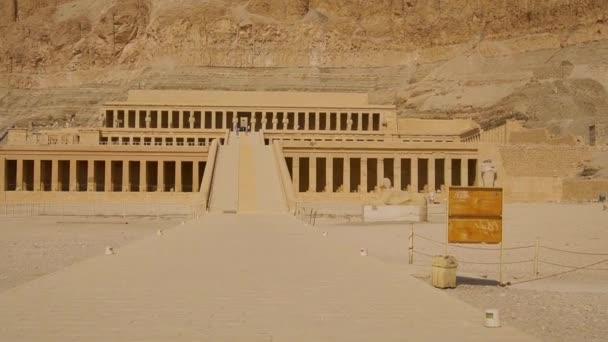 Cestovní video příjezdu do pohřebního chrámu Hatshepsut v Luxoru, Egypt