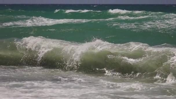 Silný vítr vanoucí a vlny na modrozelené Středozemní moře, zpomalený pohyb