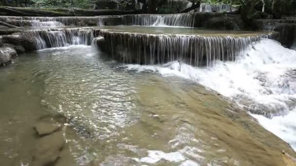 Wasserfall westlich von Thailand (Erawan Wasserfall)