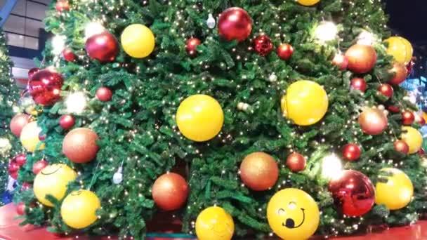 Krásný zdobený vánoční stromek. Rekreační pozadí
