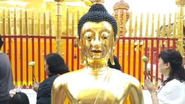 Chiang Mai.Thailand: Prosinec 10.2018: Golden Buddha socha na Wat Phra to Doi Suthep, Thajsko Chiang Mai
