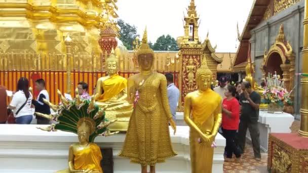 Chiang Mai.Thailand: Decemberében 10.2018: arany Buddha szobor, a Wat Phra hogy Doi Szuthep, Chiang Mai, Thaiföld