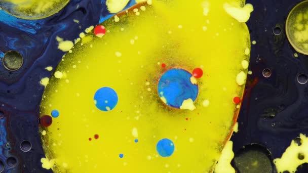 Absztrakt színes Akrilfesték folyik a háttérben. Bolygók és a sejtek, mint a színes buborékok.