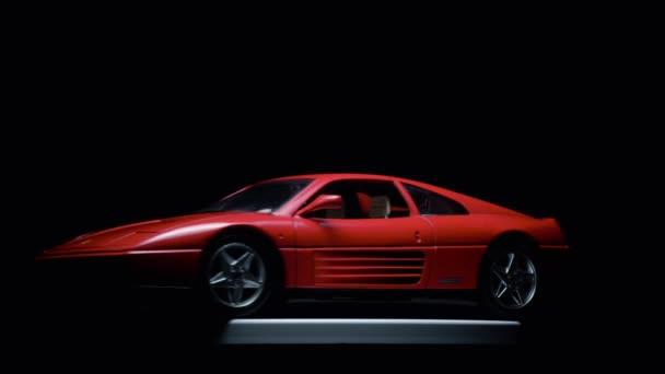 Izmir, Turecko-11. května 2019. Otáčení červeného Ferrari TB 348 hračkářský vůz na černém pozadí.