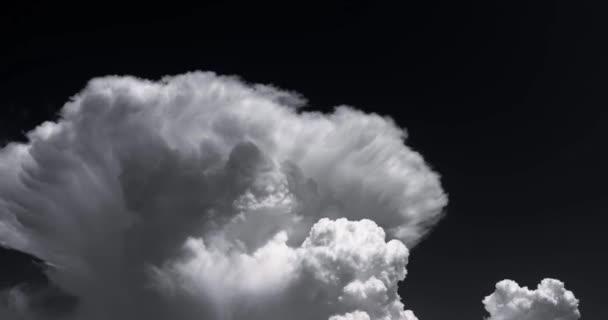 Felhők idő telik el a fekete színű égen.