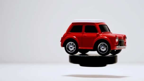 Izmir, Turecko-22. září 2019. Otáčení auta s červenou hračkou na bílém pozadí.