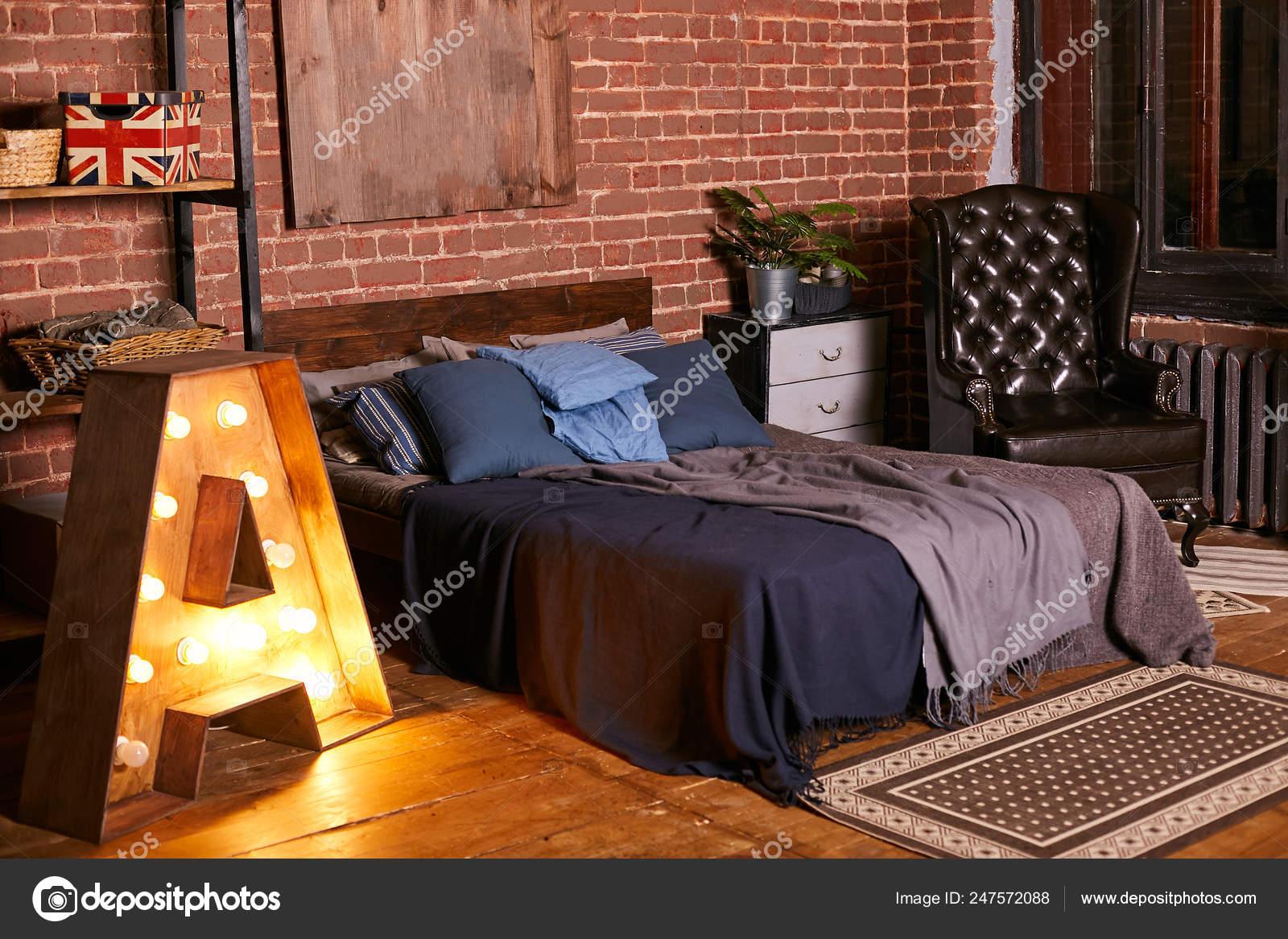 Camera da letto moderna con un letto in legno in colori ...