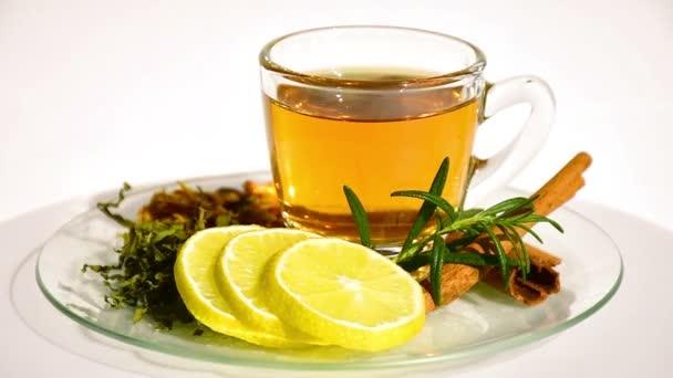 Bylinný čaj s čajem listy, sušené chryzantéma, hrášek květiny, upřednostňují se skořicí a citronem. Bylinný čaj se většinou používají pro brání chladu a navlhčete krku.
