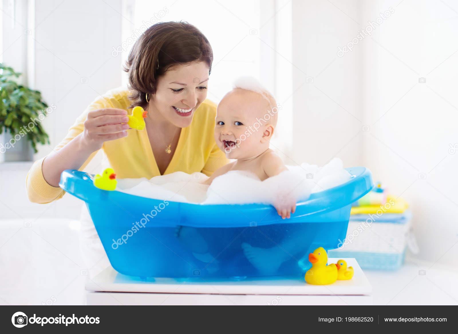 Glückliches Baby Ein Bad Mit Schaum Blasen Spielen Zu Nehmen. Mutter  Waschen Kleiner Junge. Kleines Kind In Einer Badewanne. Kinder Im Badezimmer  Mit ...