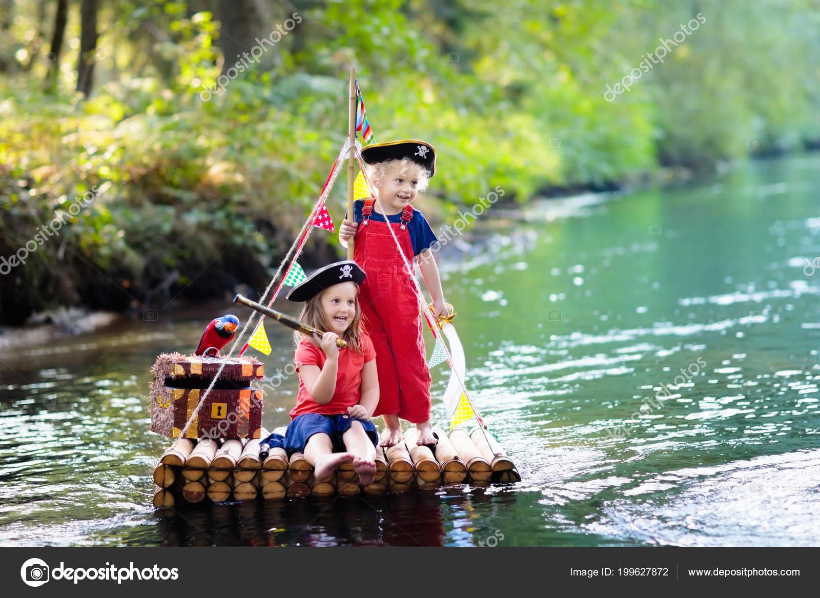 Kinder gekleidet piraten kostüme und hüte mit schatztruhe