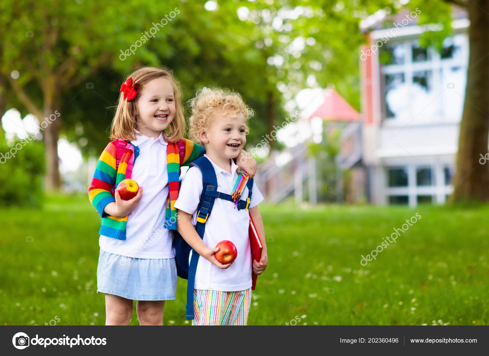 47e79d1f875 Παιδί Που Πηγαίνουν Στο Σχολείο Αγόρι Και Κορίτσι Κρατώντας Βιβλία ...