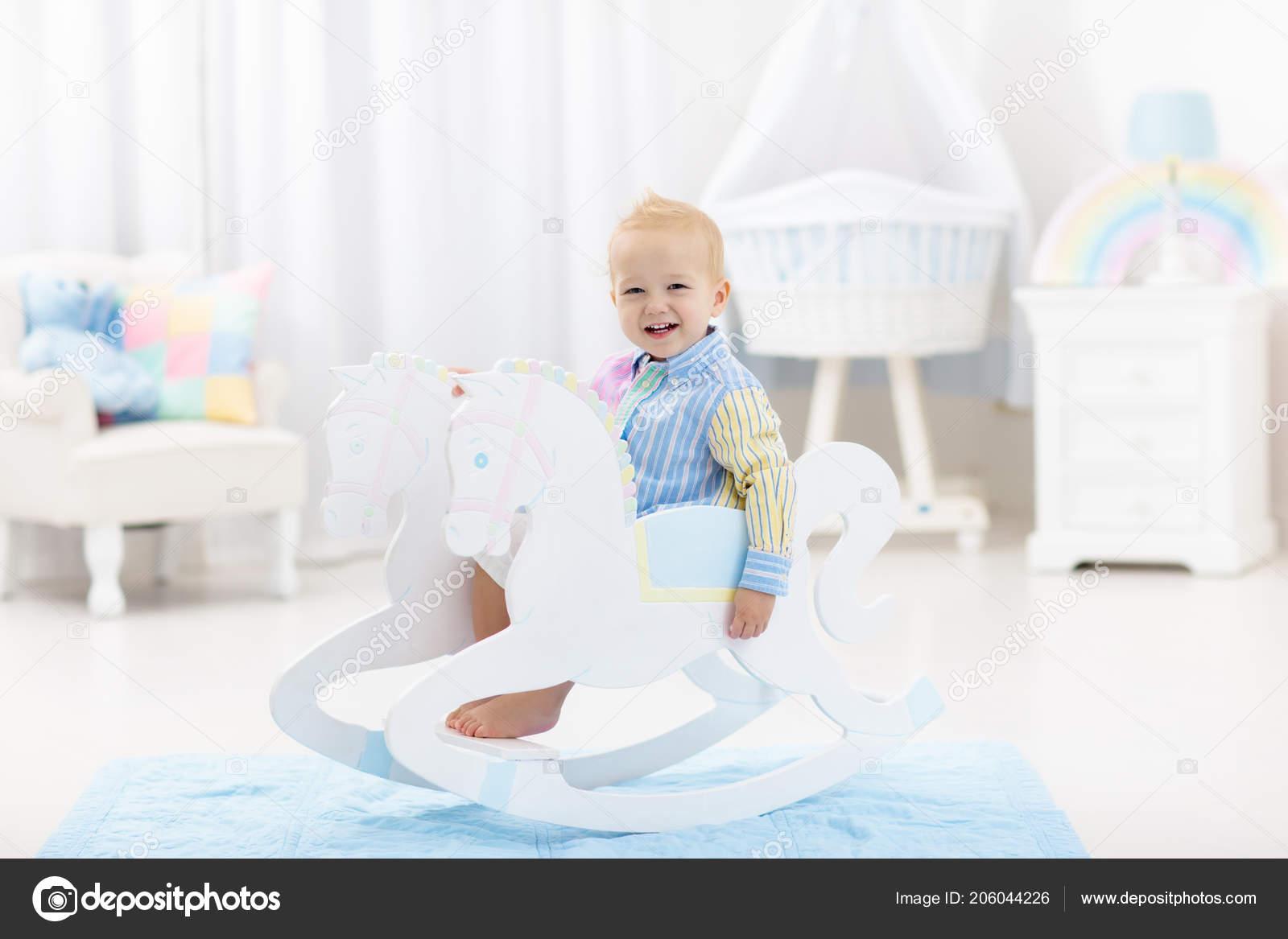 Baby Slaapkamer Decoratie : Schattige baby jongen paardrijden houten traditionele