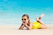 Fotografie Kind spielt am tropischen Strand. Kleines Mädchen im Sea Shore. Familien-Sommer-Urlaub. Kinder spielen mit Wasser und sand Spielzeug. Meer und Insel Spaß. Reisen Sie mit kleinen Kindern. Asien Urlaub