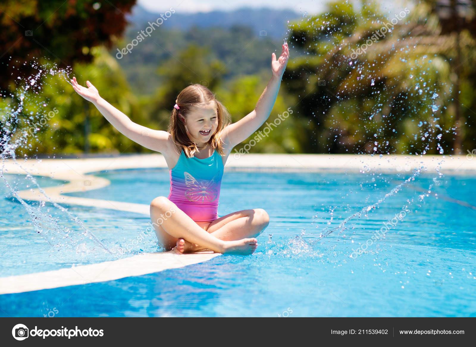 kind spielt schwimmbad sommer urlaub mit kindern kleines. Black Bedroom Furniture Sets. Home Design Ideas