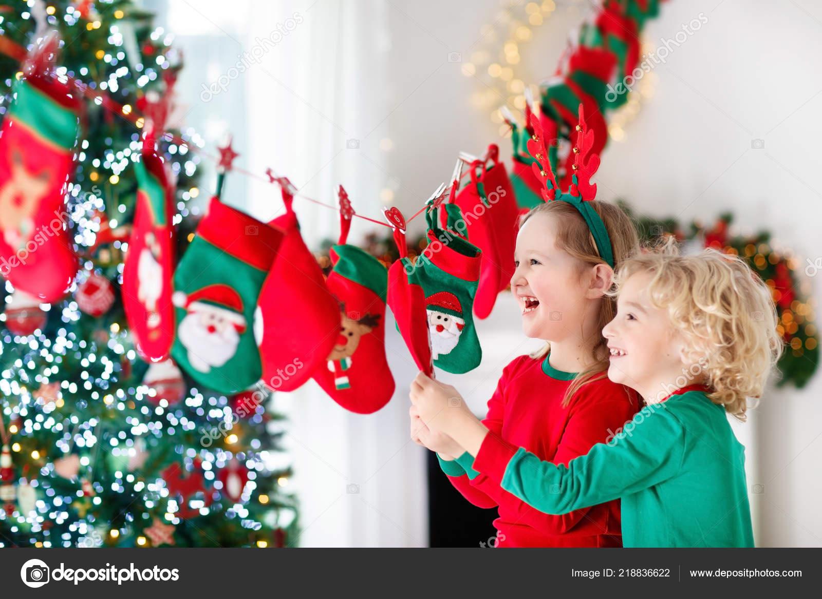 Weihnachtsgeschenke Für Familie.Kinder Weihnachtsgeschenke öffnen Kind Auf Der Suche Nach