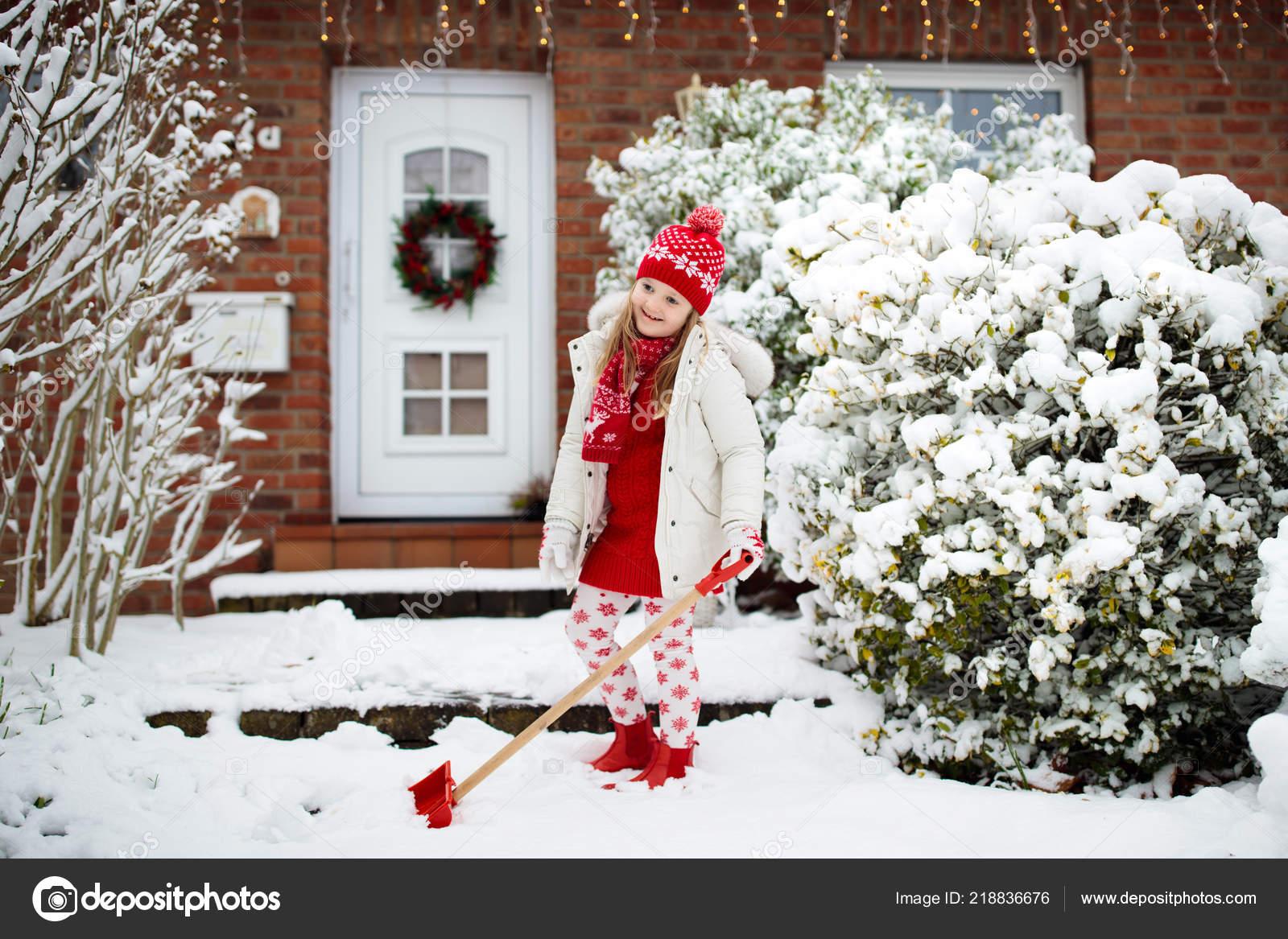 Kind Schaufeln Schnee Kleines Mädchen Mit Spaten Aufräumen Einfahrt ...