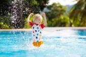 Fotografie Kind spielt im Schwimmbad. Sommer-Urlaub mit Kindern. Kleiner Junge Sprung ins Wasser in exotischen Urlaub im tropical Island Resort. Kinder schwimmen. Aktiven outdoor-Sport für Vorschüler