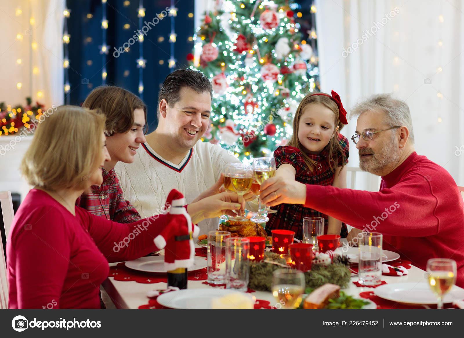 Weihnachtsbaum Kaufen Essen.Familie Mit Kindern Essen Weihnachten Abendessen Kamin Und