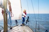 Gyerekek vitorlás yacht-tengeren. Gyermek vitorlás hajó.