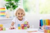 Gyermek tanulási leveleket. Gyerek, fából készült ABC-blokkokkal