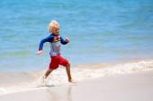 Děti si hrají na pláži. Děti hrají na moři.