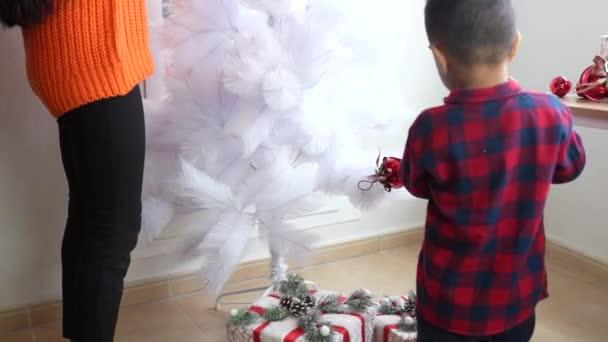 matka a syn otevírající vánoční dárky, svobodný otec