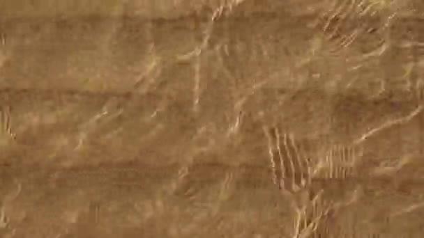 Trópusi tengerpart sárga homokkal és hullámok