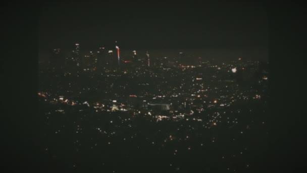 Július 4-én éjjel tűzijáték Los Angelesben, nagy látószögből a Griffith csillagvizsgálóból. Vintage Film Nézd.