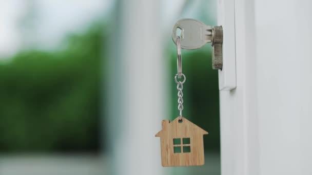 Der Hausschlüssel zum Entsperren eines neuen Hauses wird in die Tür gesteckt.