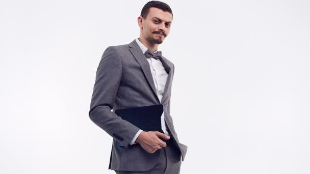 Portrét pohledný mladých jistý arabský obchodník s efektní knír v módní šedé barvě drží tablet izolovaných na bílém studio pozadí