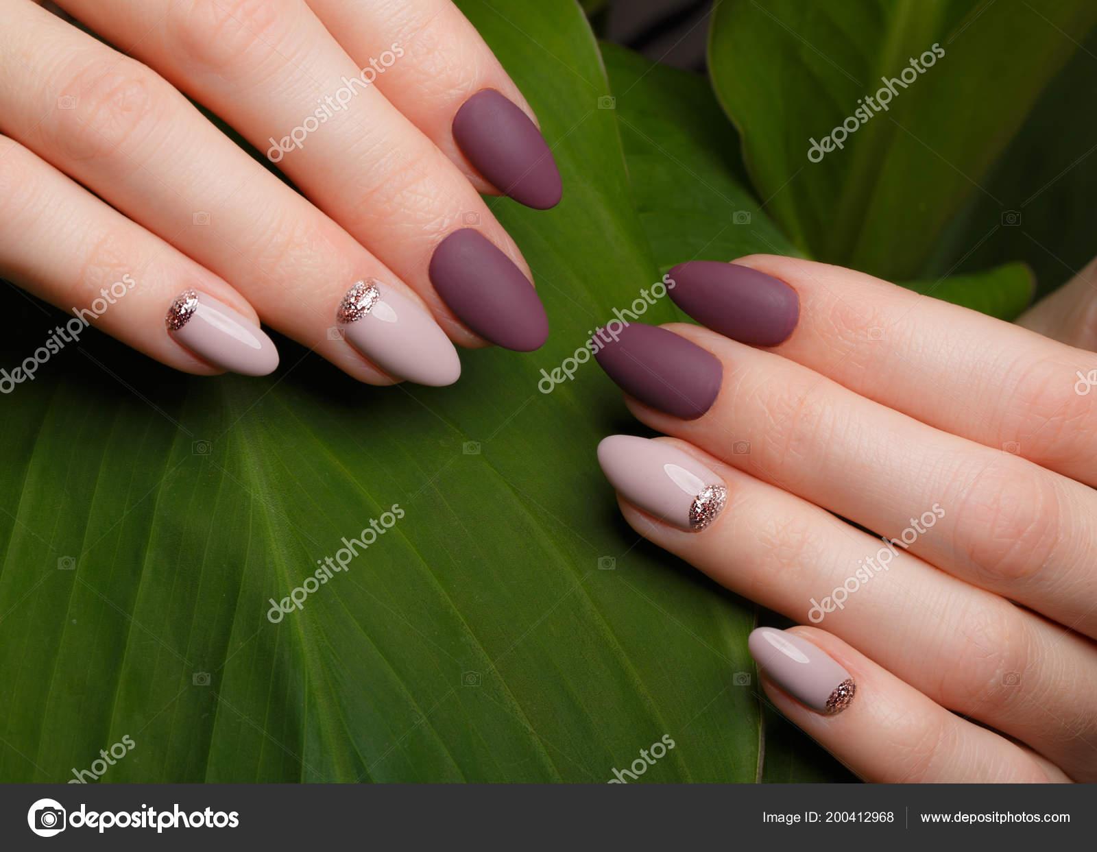 Oferta manicura limpio en mujer manos en fondo de hojas verdes ...
