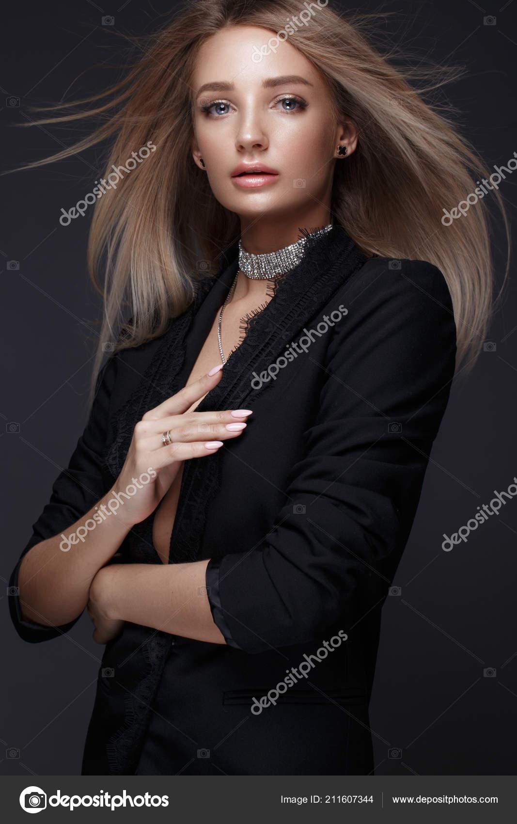 d4f5eccc80a1 Krásná žena s večerní make-up a dlouhé rovné vlasy. Kouřové oči. Módní  fotografie– stock obrázky