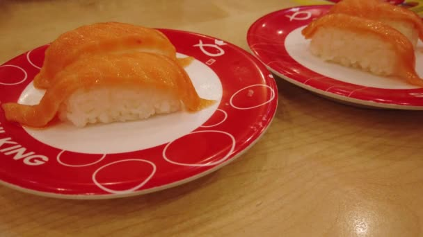 Változatos sushis a szállítószalagon a Sushi King étteremben. A Sushi King Malajzia legnagyobb japán étteremlánca.