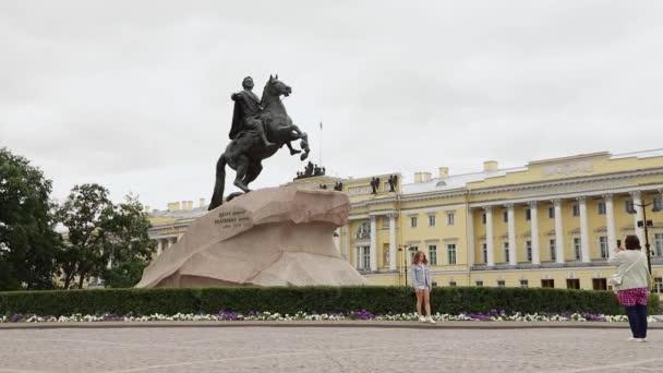 Petrohrad, Bronzový jezdec, památník Petra Velikého, pochmurný letní slunečný den. Rusko, Petrohrad Červenec 2020
