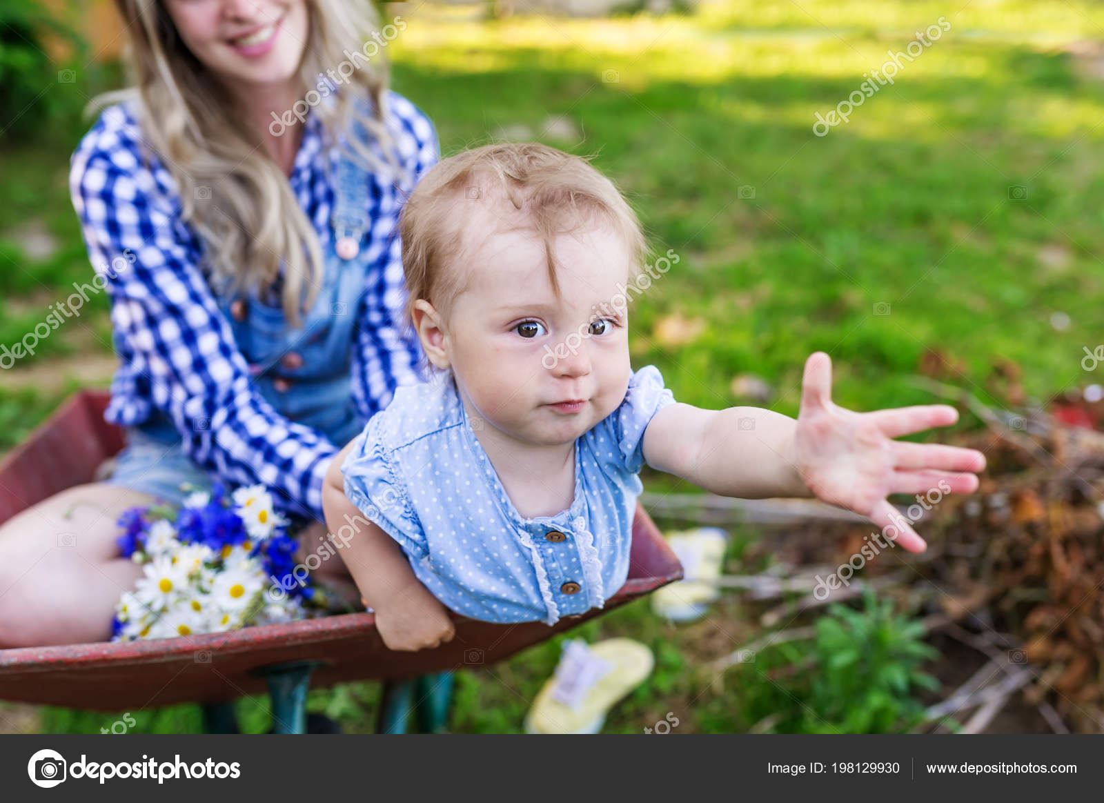Mother Little Daughter Sit Garden Cart Village Closeup U2014 Stock Photo