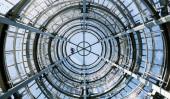 Közelkép a fémes megtekintésére torony alatt kék ég, Lettország. Alulnézet