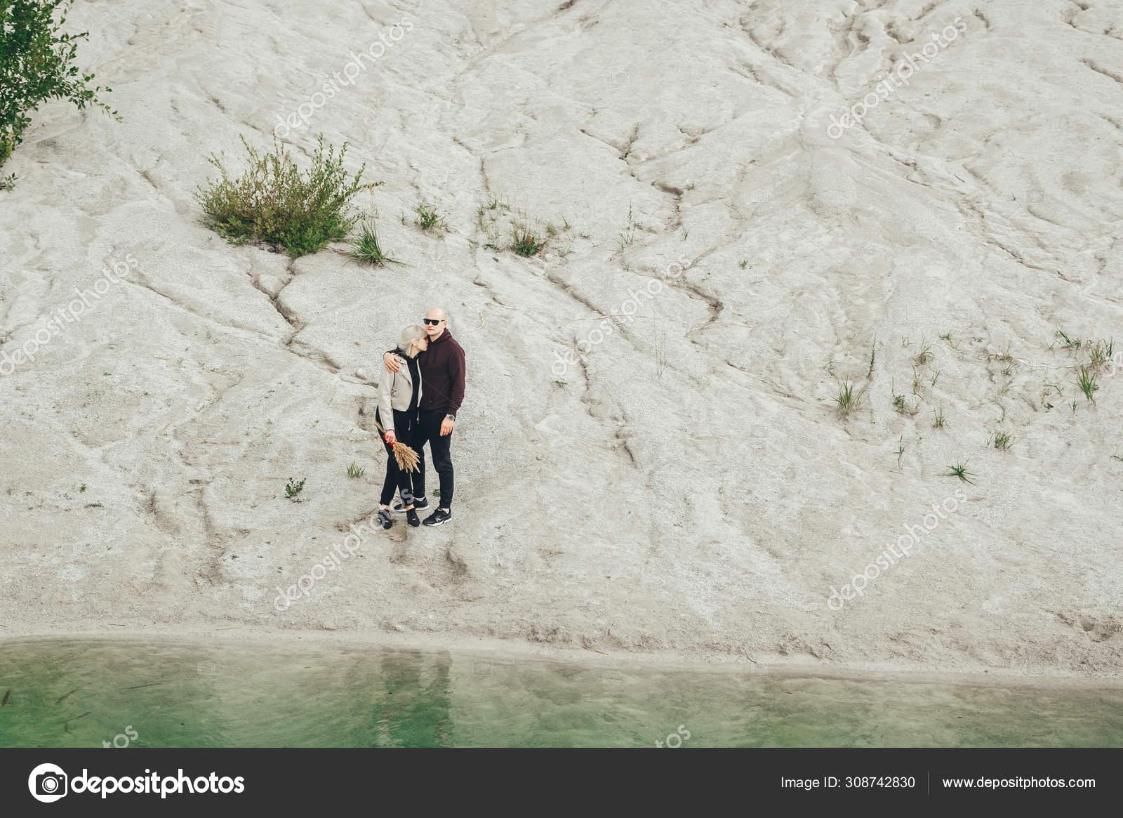 фотографии пары на фоне песчаного карьера право