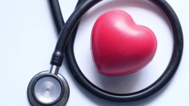 symbol tvaru srdce a stetoskop na bílém pozadí