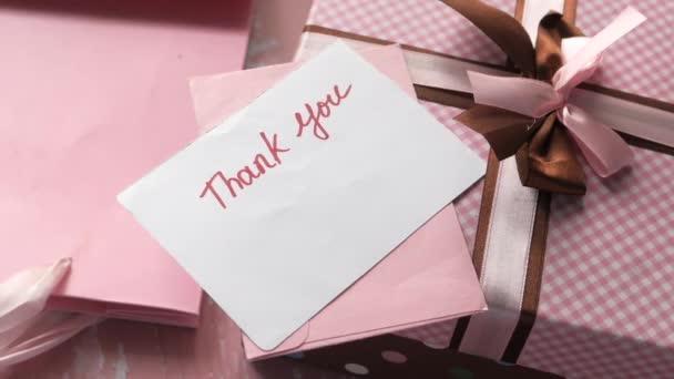 Dankesbrief und Geschenkbox auf dem Tisch