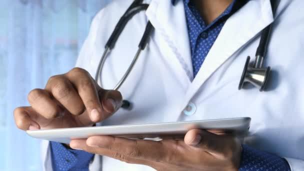 Männlicher Arzt mit digitalem Tablet hautnah