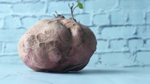Zavřít sladké brambory na stole.