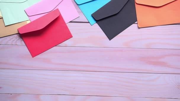 Dankeschön-Nachricht und Umschlag auf Holztisch