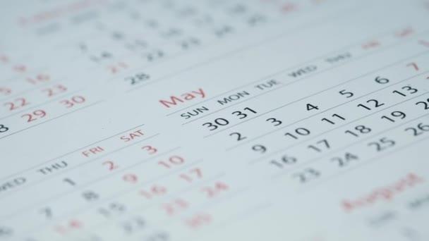 Zavřít kalendář bílé barvy na tabulce,