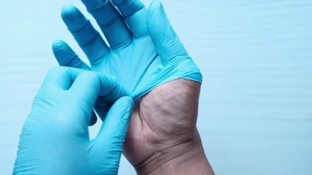 Mann Arzt trägt medizinische Handschuhe, Nahaufnahme